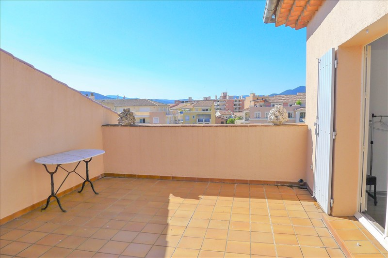 for sale in the city center of Sainte-Maxime, top floor apartment with large terrace, fireplace, balcony, living room with mezzanine, 2 bedrooms, shower room.