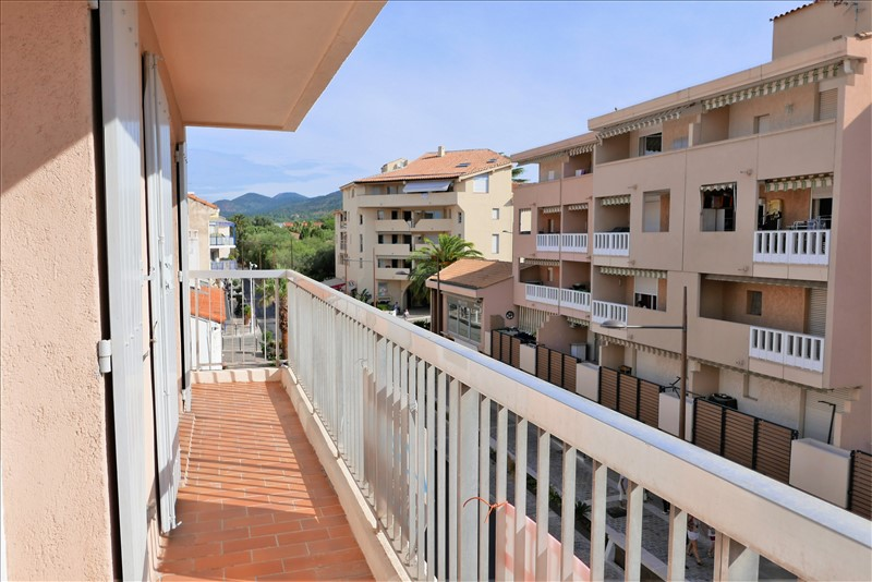 2 bedroom apartment for sale in the city center of Sainte-Maxime, on the corner of a small residence, large living room, kitchen and bathroom have been renovated, 2 bedrooms with large openings.