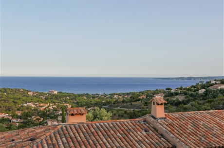 Nice villa located in a calm and secured estate with swimming pool, tennis, garage and a beautiful panoramic sea view !